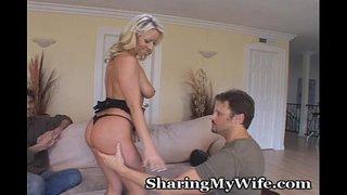 زوجها ديوث و يحضر صديقه حتى ينيكها معه و يتركها ترضع زبه و هو جالس ...