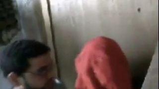 يزنق عشيقتة فى المحل و ينيكها و يقفش فيها العربية مجانا كس اللعنة