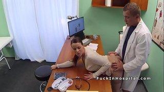نيك عربي في المستشفي طبيب يستدرج المريضه ويمتع كسها نيك ويصورها ...